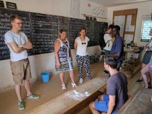 Frits met Chantal en Karim in een klaslokaal